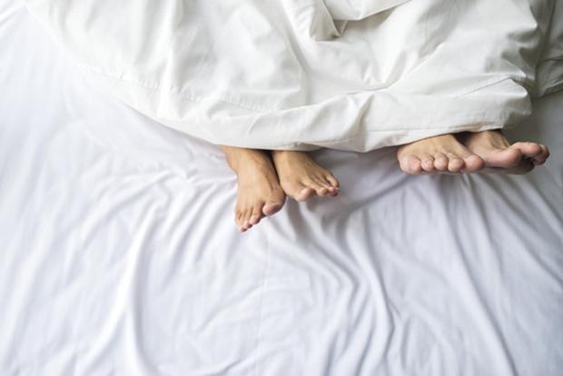 cặp đôi trên giường
