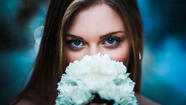 Người phụ nữ với bông hoa