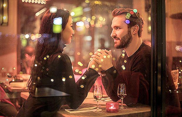 cặp đôi ăn tối