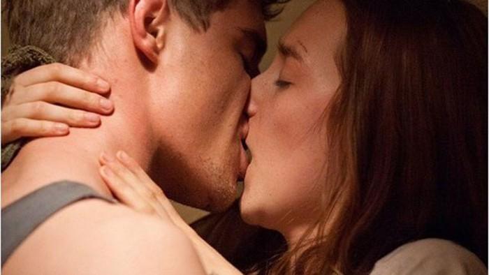 Hôn môi và đá lưỡi nhẹ nhàng để khiến nàng cảm nhận tình yêu từ bạn
