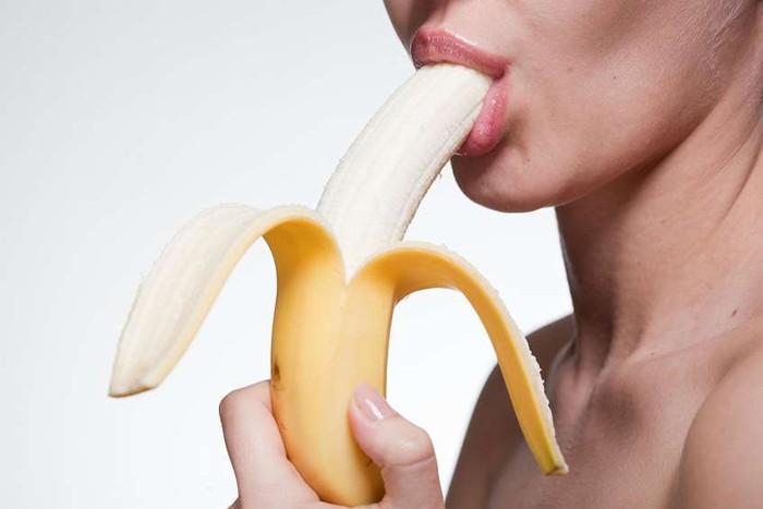 Dùng chiếc lưỡi ướt át cùng đôi môi ngọt ngào liếm bao quy đầu và cả lỗ sáo