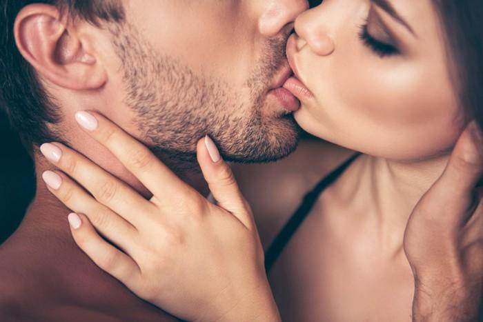 Nấu cháo lưỡi hay nụ hôn đá lưỡi thường được gọi là nụ hôn kiểu Pháp
