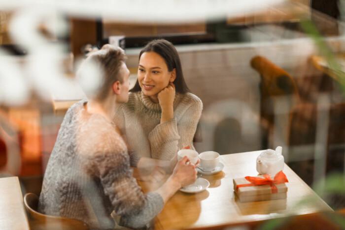 Một cô nàng dễ dãi thường hẹn hò một lúc với nhiều chàng trai
